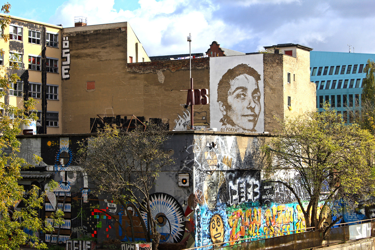 Street Artist: Vhils aka Alexandre Farto hits Berlin Portrait of Gould (Various & Gould) - Fotos and Reort by: Street Art Berlin