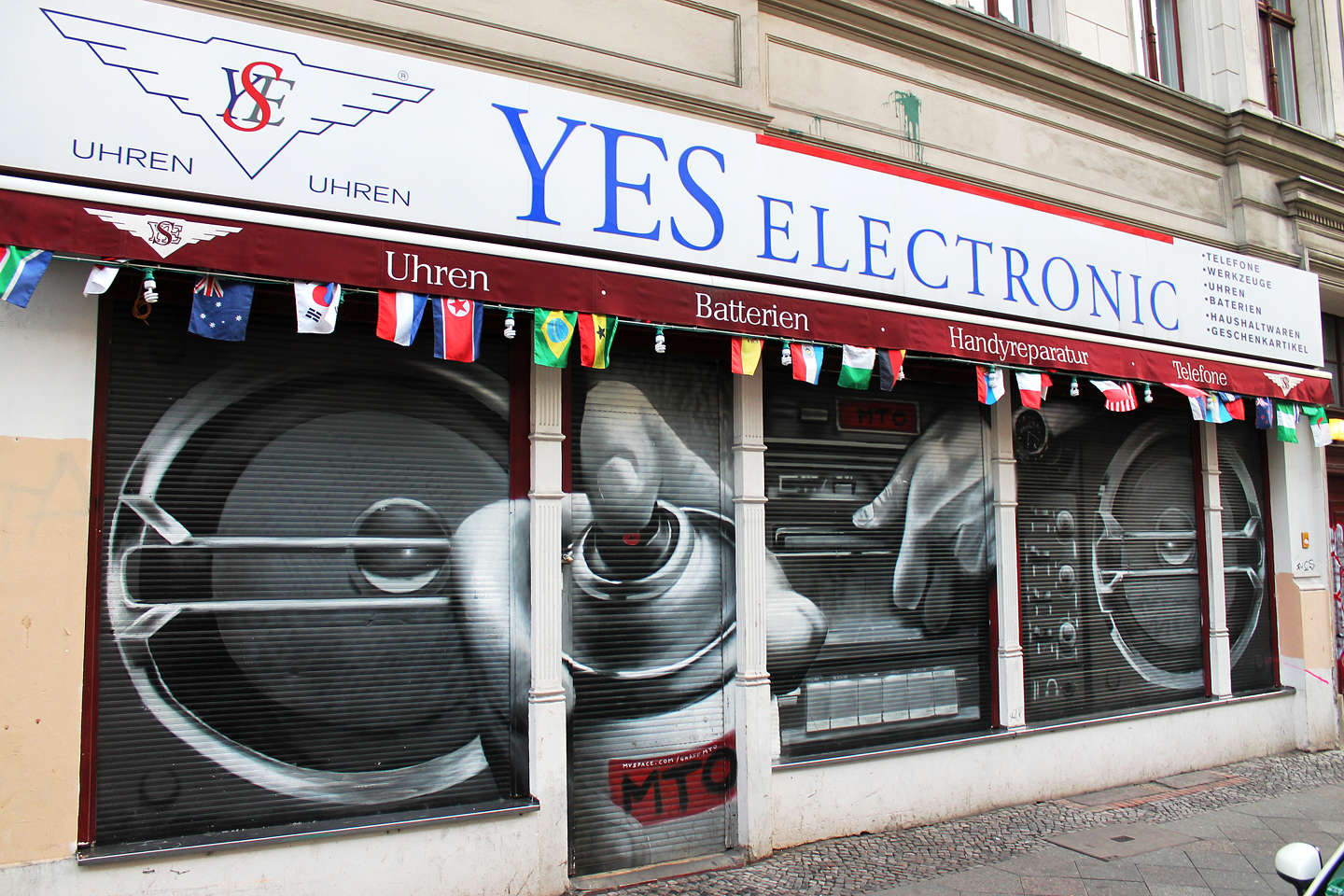 Turntables sprayed by Belin based Street Artist MTO