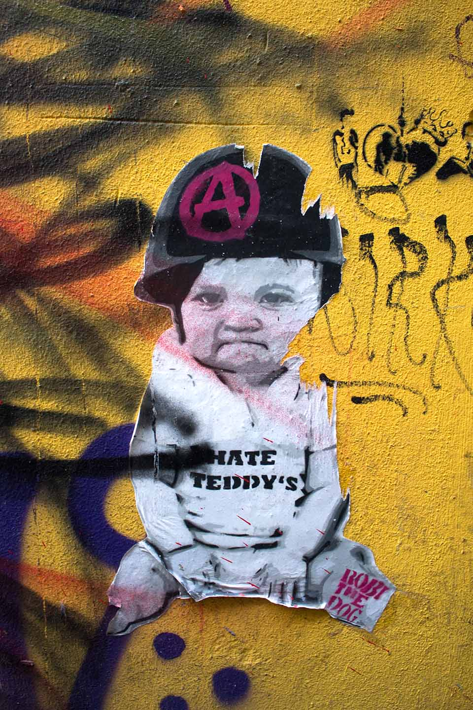 Street Artist Robi the Dig in Berlin: Stencil of a Baby: I hate Teddys