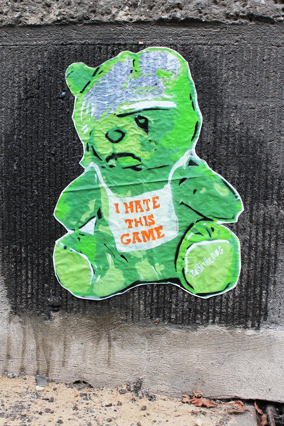 I hate this game by Street Artist Robi the Dog in Berlin