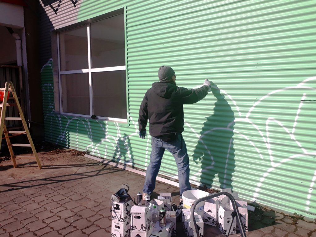 Akte One starts painting his mural at Wandelism